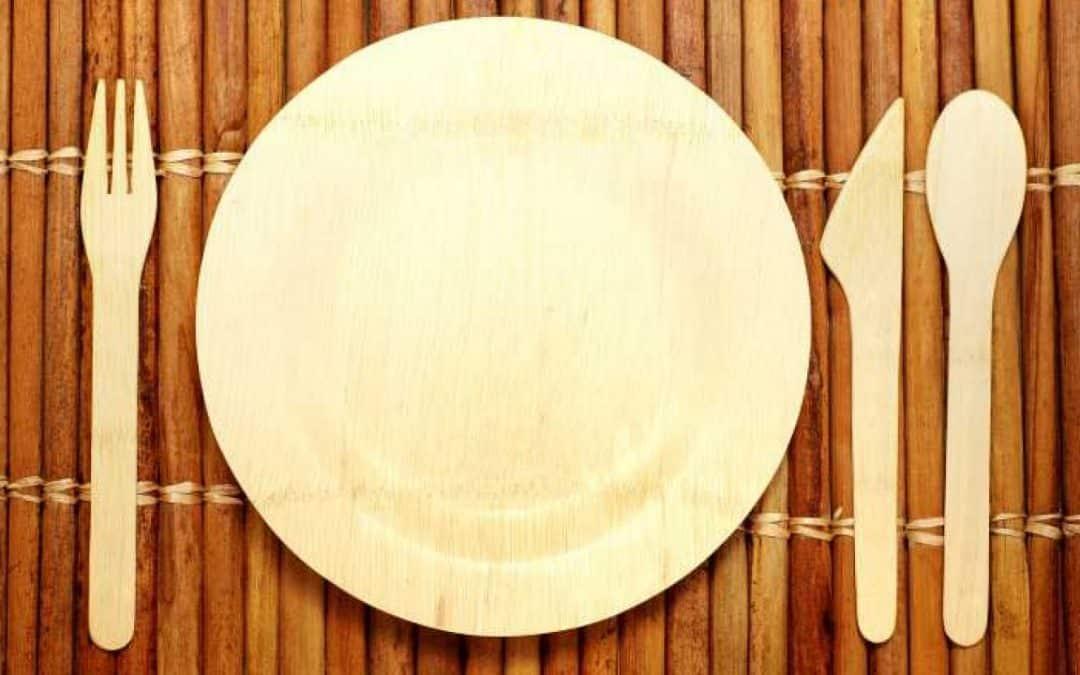 Une décoration de table écologique avec la vaisselle en bambou.